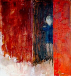 Bras croisés, mur rouge